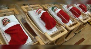 V pôrodnici sa už 50 rokov nesie milá tradícia. Novorodencov posielajú domov vo vianočnej ponožke