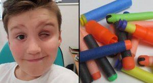 Chlapec prišiel o oko pri hraní sa s detskou hračkou Nerf