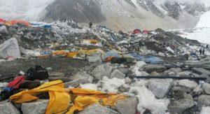 K Mount Everestu sa turisti už tak ľahko nedostanú. Horu zahltili odpadkami